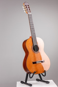 Akustische gitarre auf grau