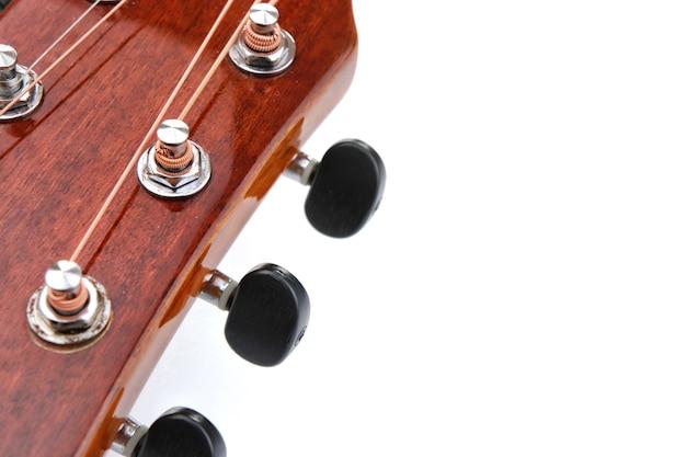 Akustische gitarrensaiten auf weißem hintergrund
