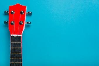 Akustischer klassischer Gitarrenkopf auf blauem Hintergrund