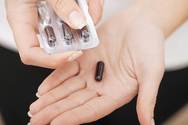 Akzeptanz von drogen. selbstbehandlung zu hause. pillen von ihrem arzt verschrieben.