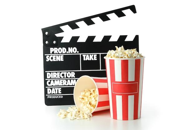Ãlapperboard und popcorn isoliert auf weißem hintergrund.