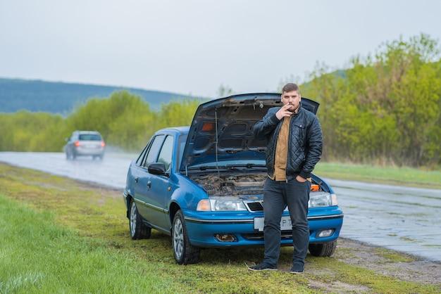 Alarmierter fahrer versucht, das auto zu reparieren