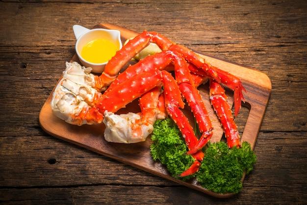 Alaskan king crab auf vintage holzbrett