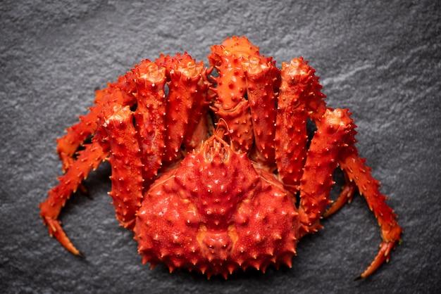Alaskan king crab gekochter dampf oder gekochte meeresfrüchte auf dunklem / rotem krabben-hokkaido