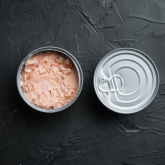 Albacore wild tuna in dosen, in blechdose, auf schwarzem, quadratischem format