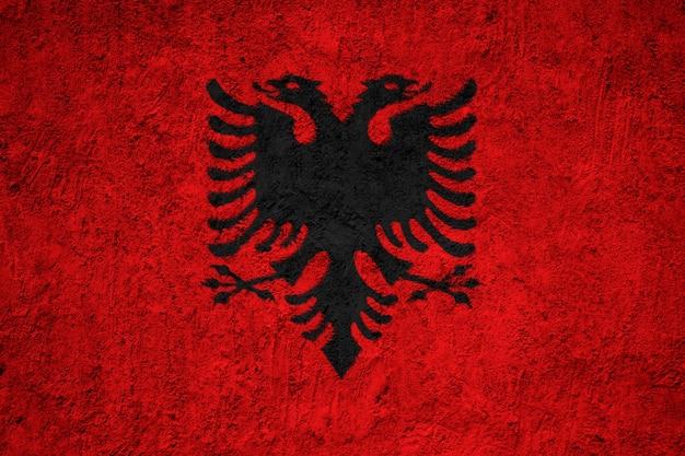 Albanien-flagge gemalt auf schmutzwand
