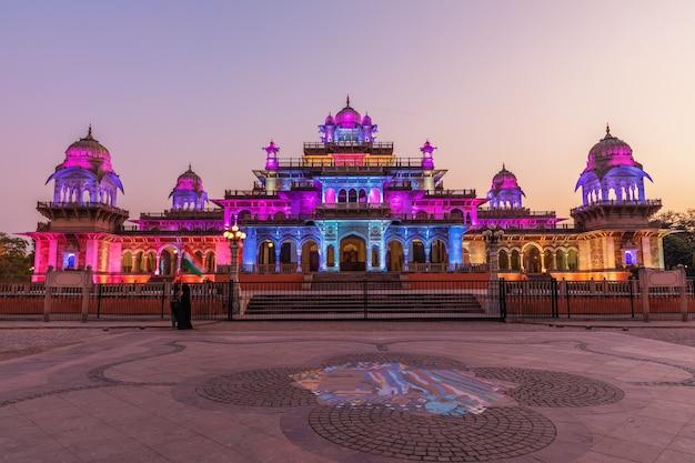 Albert hall museum in der dämmerung, schöne bunte beleuchtung, jaipur, indien.