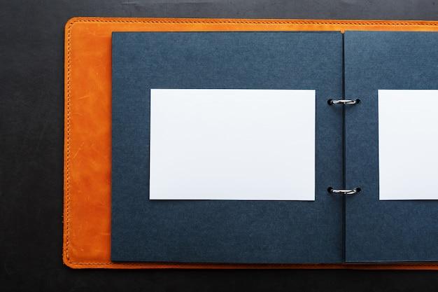 Album mit leerem platz für fotos, freier platz auf fotopapier mit dunklen seiten.