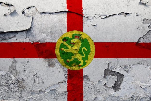 Alderney flagge auf grunge rissige wand gemalt