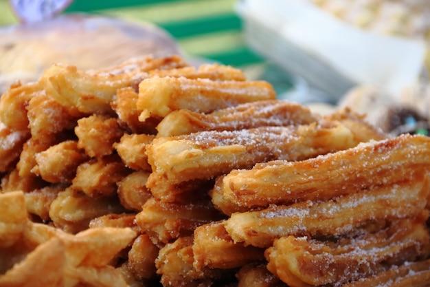Alfajores gebratene kuchen und churros zum verkauf an der straßenmesse