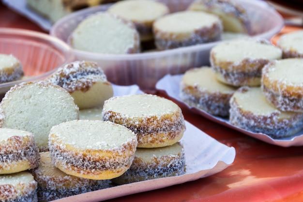 Alfajores von maisstärke mit dulce de leche typisch für die argentinische gastronomie