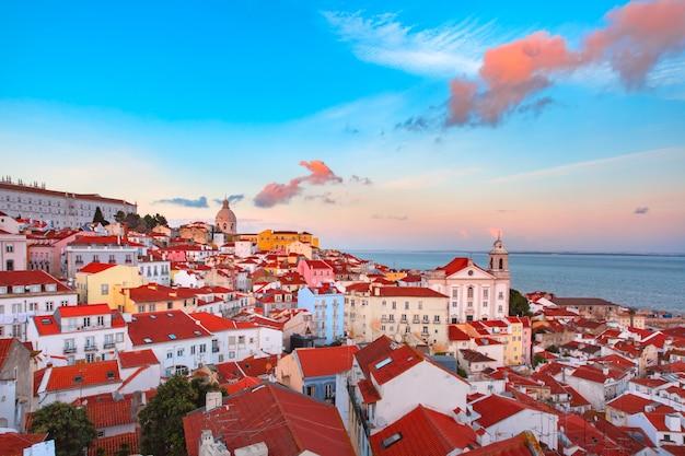 Alfama in der nacht, lissabon, portugal