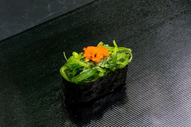 Algensalat mit sesamöl-sushi