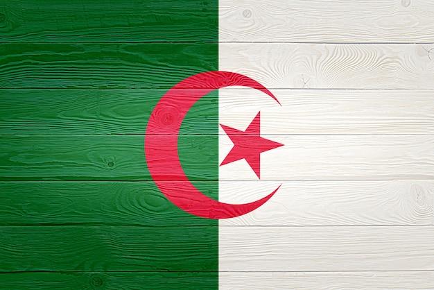 Algerien-flagge gemalt auf altem holzplankenhintergrund