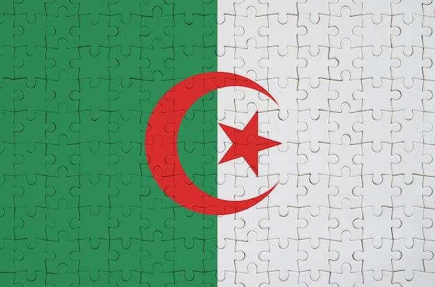 Algerien-flagge wird auf einem gefalteten puzzlespiel dargestellt