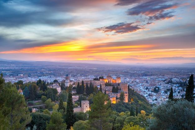 Alhambra bei sonnenuntergang in granada, andalusien, spanien