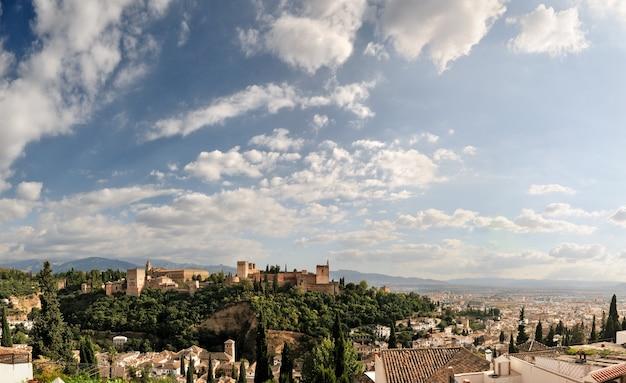 Alhambra und granada mit blauem himmel