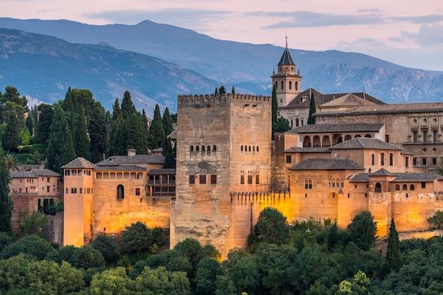 Alhambra von granada während der sonnenuntergangzeit, spanien