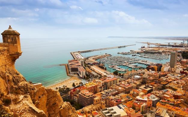 Alicante mit angedockten yachten vom schloss. spanien