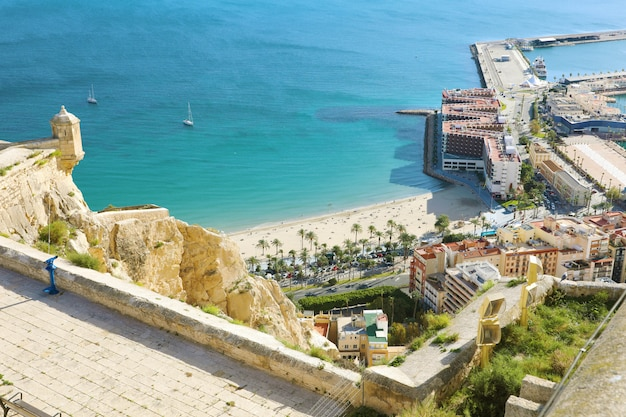 Alicante santa barbara schloss mit panoramaantenne der stadt in costa blanca, spanien
