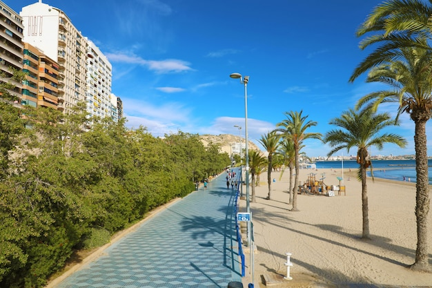 Alicante, spanien - 29. november 2019: alicante promenade paseo de gomiz mit playa del postiguet strand, spanien