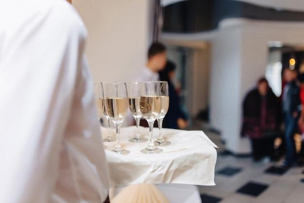 Alkohol bei feierlichkeiten in gläsern und buffets