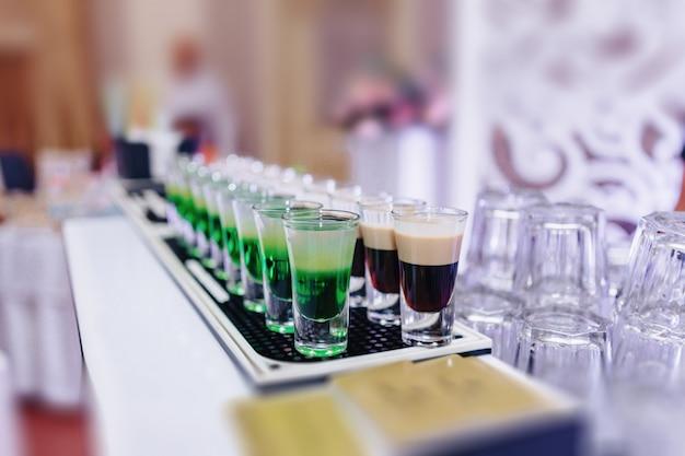 Alkohol bei feiern in gläsern und buffets