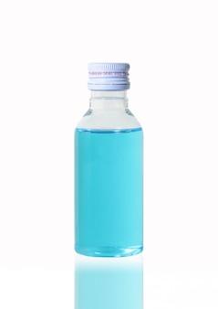 Alkohol lösung desinfektionsmittel sauber schützen keime virus bakterien covid-19 auf weißem hintergrund clipping-pfad