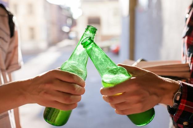 Alkoholabhängigkeit. ungesunder lebensstil. modernes konzept für teenagerprobleme Premium Fotos