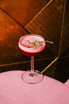 Alkoholbeerencocktail mit rosmarin