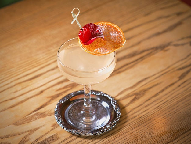Alkoholcocktail auf dem tisch in der bar