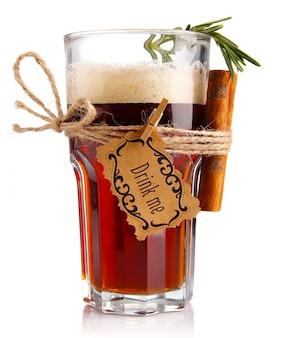 Alkoholcocktail (bier-basiert) mit den gewürzen getrennt