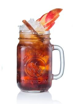 Alkoholcocktail in trinkendem glas getrennt auf weiß