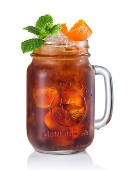 Alkoholcocktail in trinkendem glas lokalisiert auf weißem hintergrund