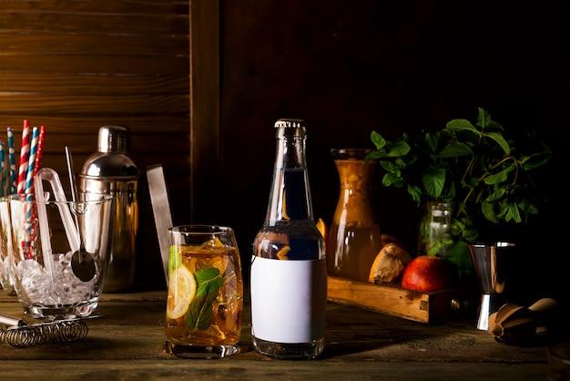 Alkoholcocktail mit frischer zitrone und platz unter dem text auf der flasche
