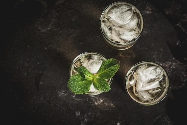 Alkoholcocktail mit goldenem tequila