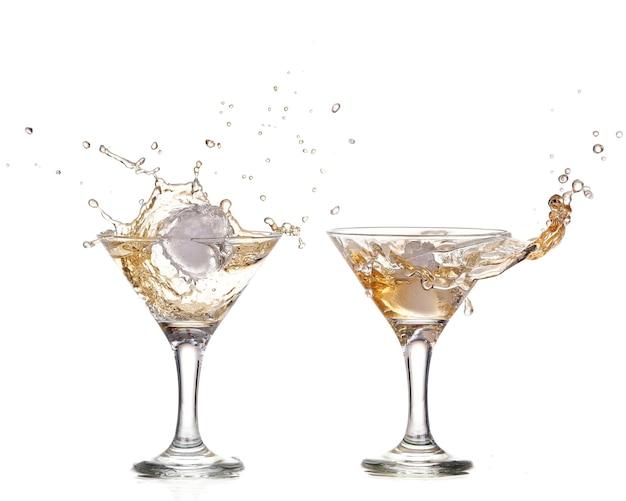 Alkoholcocktail mit spritzer eis lokalisiert auf weiß