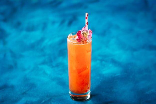 Alkoholfruchtcocktailblumenstroh im highball