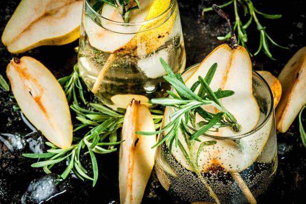 Alkoholgetränk, süßer birnencocktail mit rum, alkohol, anis und rosmarin