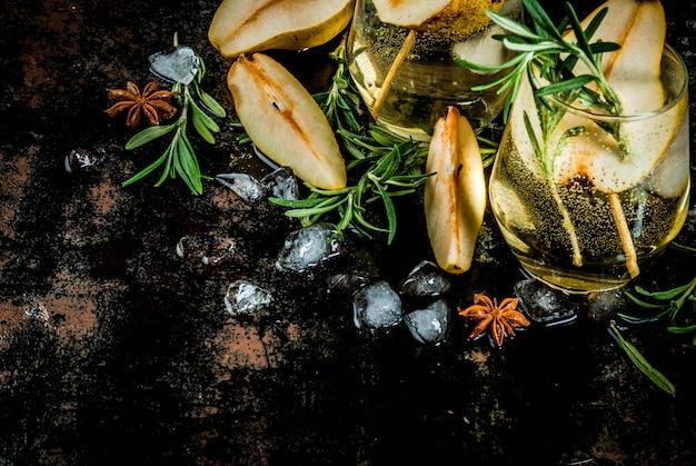 Alkoholgetränk, süßes birnencocktail mit rum, alkohol, anis und rosmarin, auf einer schwarzen rostigen metallischen, draufsicht