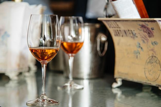 Alkoholgetränke in den gläsern auf dem tisch