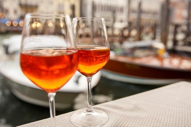 Alkoholgetränke in gläsern im hafen