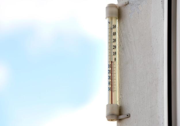 Alkoholglasthermometer celsius draußen auf hellem unscharfem licht draußen.