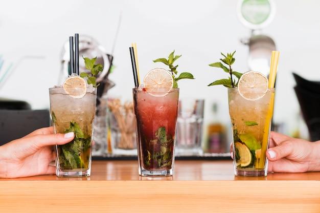 Alkoholische cocktails aus der nähe, die zum servieren bereitstehen