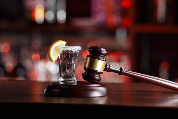 Alkoholische getränke und gerichtshammer – das konzept des fahrens und trinkens
