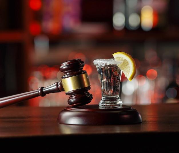 Alkoholische getränke und hofhammer - das konzept des fahrens und trinkens