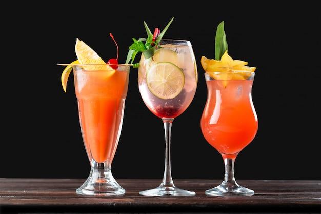 Alkoholische und alkoholfreie cocktails auf holztisch. sommer kalte getränke