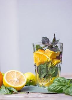 Alkoholischer basilikum-gin-cocktail mit frischen basilikumblättern