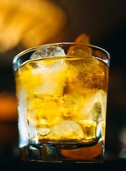 Alkoholischer cocktail an der bar