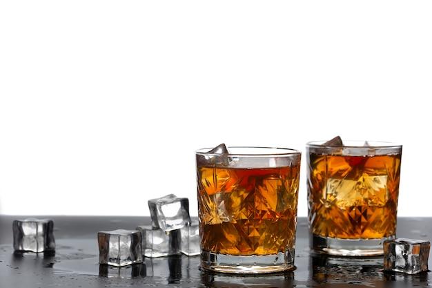 Alkoholischer cocktail mit eisnahaufnahme, kopienraum